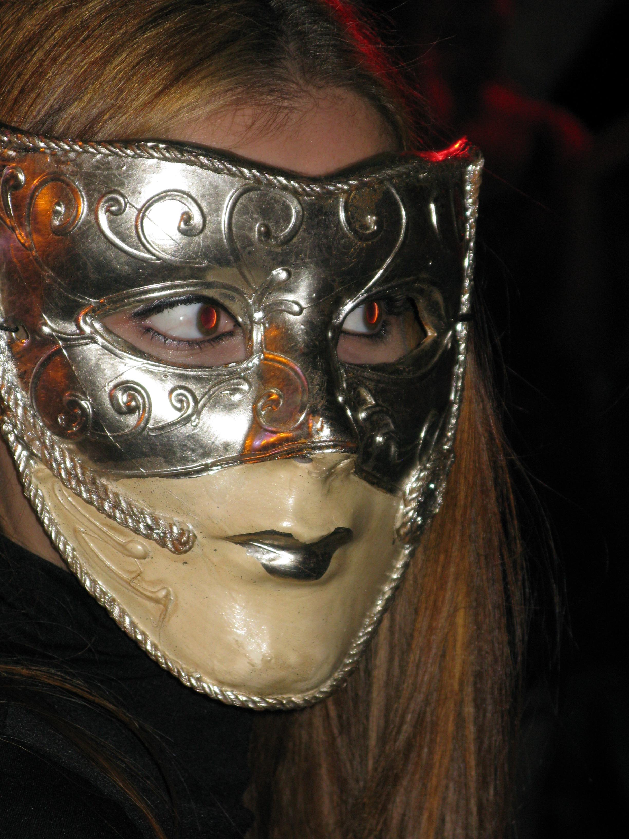 masked woman at Notte Bianca - Lejl Imdawwal